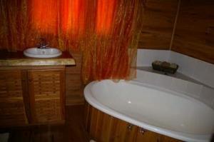 112 north bed ensuite bath 8
