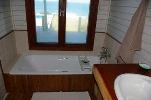 205 middle bath with view 3